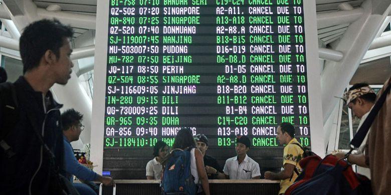 Sejumlah warga negara asing mencari informasi di Terminal Internasional Bandara Ngurah Rai, di Denpasar, Bali, Senin (27/11/2017). Bandara Ngurah Rai menutup semua penerbangan pada Senin mulai pukul 07.00 WITA karena terdampak abu vulkanis letusan Gunung Agung.