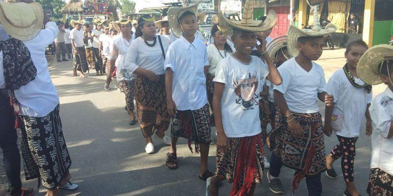 Pawai Paskah oleh Jemaat Gereja Benyamin Oebufu, Kota Kupang, Nusa Tenggara Timur (NTT), dengan menggunakan busana adat, Minggu (1/4/2018)