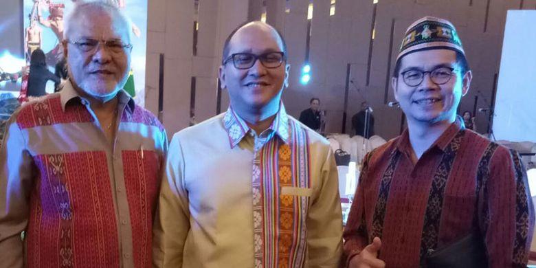 Pemilik La Bajo Flores Coffe   e, Werry Tan (kanan) menerima penghargaan dari Kadin dalam acara Kadin NTT Awards 2018 di Hotel Aston Kota Kupang, Jumat (11/5/2018). La Bajo Flores Coffee dinilai sebagai produsen produk kopi lokal yang inovatif.