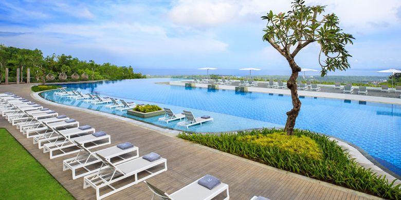Kolam renang di Renaissance Bali Uluwatu Resort & Spa, Jalan Pantai Balangan, Ungasan, Bali.