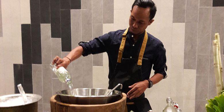 Made Bagia memperagakan cara membuat minuman Tiga Hijau di Renaissance Bali Uluwatu Resort & Spa, Senin (4/6/2018) malam.