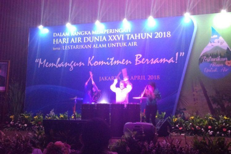 Menteri Pekerjaan Umum dan Perumahan Rakyat Basuki Hadimuljono bermain perkusi dengan Angels Percussion