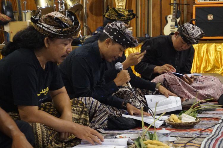 Kelompok anak muda yang mempelajari naskah kuno Lontar Yusuf di Banyuwangi, Jawa Timur, Jumat (30/11/2018).