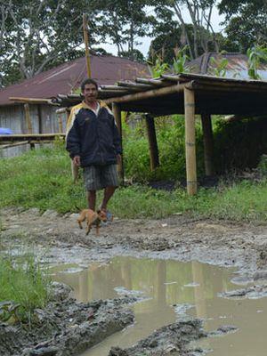 Jalan berlumpur di Wilayah Elar, Kabupaten Manggarai Timur, Flores, Nusa Tenggara Timur, Minggu (28/1/2018).