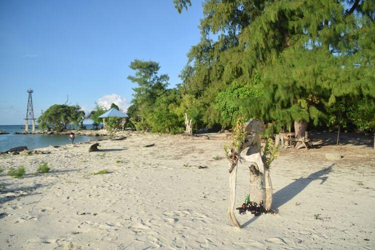 Pantai Taduno ibaratnya seperti pantai tersembunyi karena letaknya berada di ujung tanjung Pulau Kaledupa, tepatnya di Desa Sombano, Kecamatan Kaledupa, Kabupaten Wakatobi, Sulawesi Tenggara.