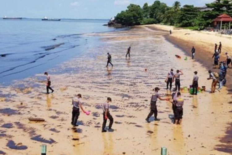 Sebanyak 259 aparat keamanan dikerahkan membersihkan tumpahan minyak di sepanjang Pantai Monpera hingga Pelabuhan Semayang, Senin (2/4/2018).