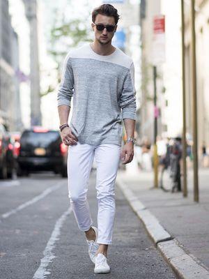 Memakai jeans putih