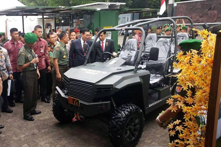 Presiden Joko Widodo dan mobil buatan dalam negeri dari Fin Komodo.
