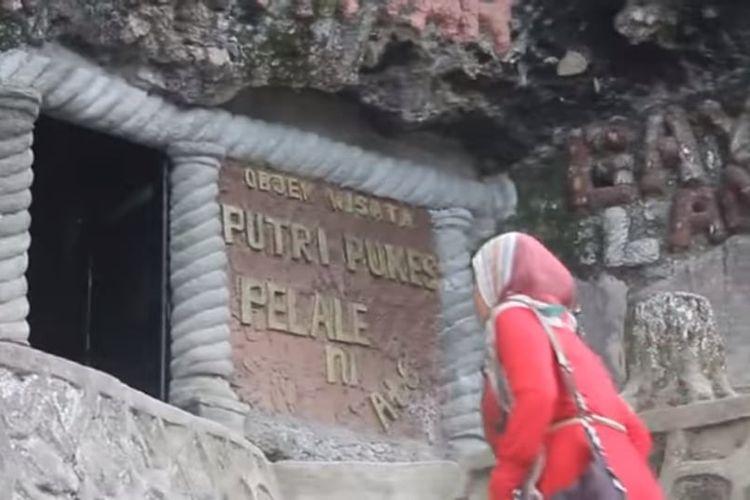 Seorang pengunjung sedang berjalan masuk ke Goa Putri Pukes atau Loyang Peteri Pukes, sebuah objek wisata di Takengon, Aceh Tengah.