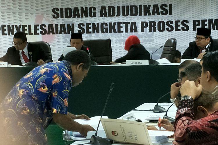 Ketua KPU Kabupaten Manokwari Selatan Abraham (batik biru) hadir memberikan keterangan tambahan untuk KPU RI dalam sidang adjudikasi di kantor Bawaslu RI, Jakarta, Kamis (1/3/2018).