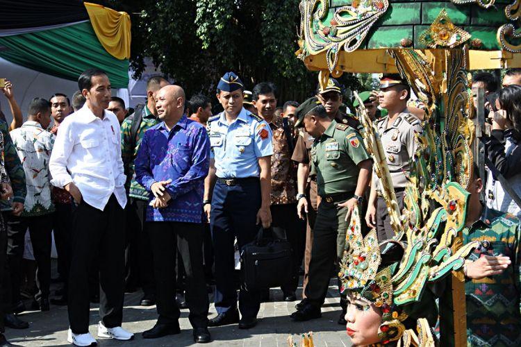 Presiden Joko Widodo (kedua kiri), Kepala Staf Kepresidenan Teten Masduki (ketiga kiri) menyaksikan Jember Fashion Carnaval (JFC) ke-16, di Jember, Jawa Timur, Minggu (13/8/2017). Dalam sambutannya saat menghadiri JFC 2017 Presiden Joko Widodo menyampaikan, bahwa Jember Fashion Carnaval bukan hanya ikon Jember saja, melainkan sudah menjadi ikon Indonesia, untuk itu harus terus dikembangkan. ANTARA FOTO/Seno/kye/17.