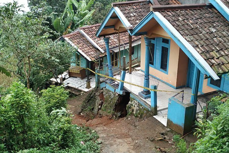 Rumah rusak terdampak bencana tanah bergerak di Kampung Gunubgbatu, Desa Kertaangsana, Nyalindung, Sukabumi, Jawa Barat, Rabu (1/5/2019).