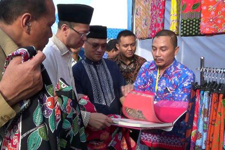 Dirut Bank BJB Ahmad Irfan dan Gubernur Kepulauan Bangka Belitung, Erzaldi Rosman, saat melihat produk kerajinan batik.