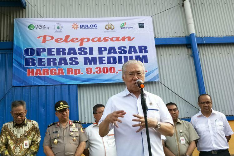 Menteri Perdagangan (Mendag) Enggartiasto Lukita saat konferensi pers di Gudang Bulog, Kepala Gading, Jakarta.