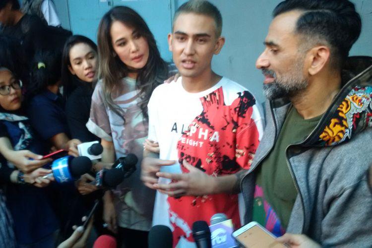 Jeremy Thomas (kanan) dan Axel Matthew Thomas (di sebelah kirinya) di Gedung Trans, kawasan Tendean, Jakarta Selatan, Senin (20/11/2017)m