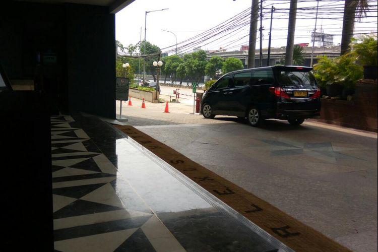 Seorang pria datang dengan menggunakan taxi ke Hotel Alexis, Rabu (1/11/2017). Pria itu tidak tahu kalau hotel tersebut sudah tidak beroperasi lagi.