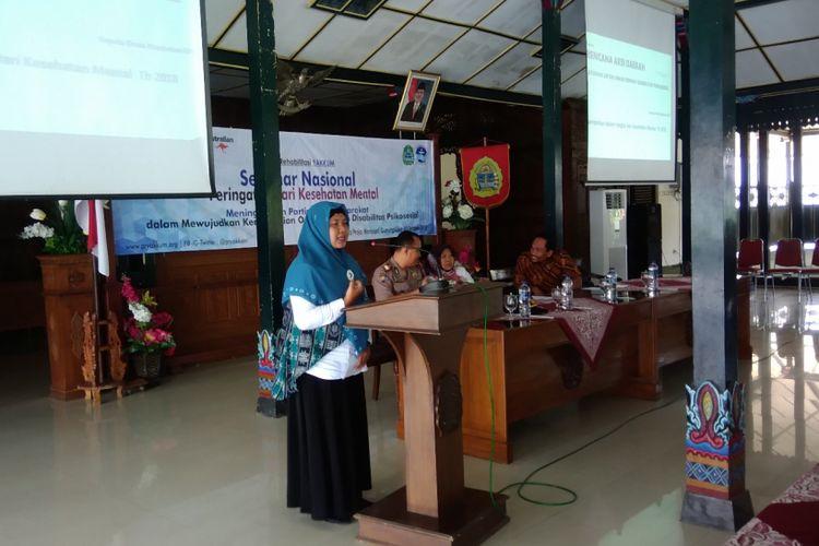 Salah satu pasien penderita penyakit Bipolar, Umi Mahmudah menceritakan pengalamannya menderita bipolar dalam seminar kesehatan jJiwa di Bangsal Sewokoprojo, Wonosari, Gunungkidul, Rabu (10/10/2018).