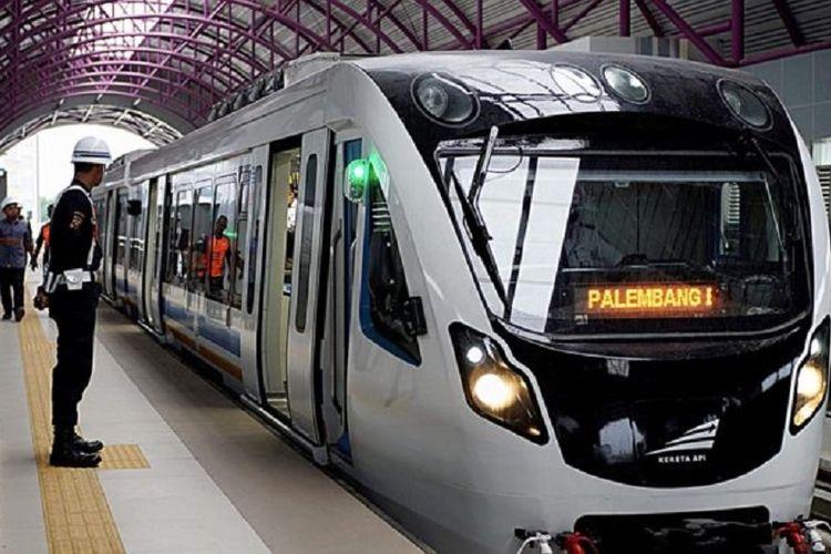 Penampakan LRT Palembang saat berhenti di Stasiun Bumi Sriwijaya. Gambar diambil pada Rabu (1/8/2018)