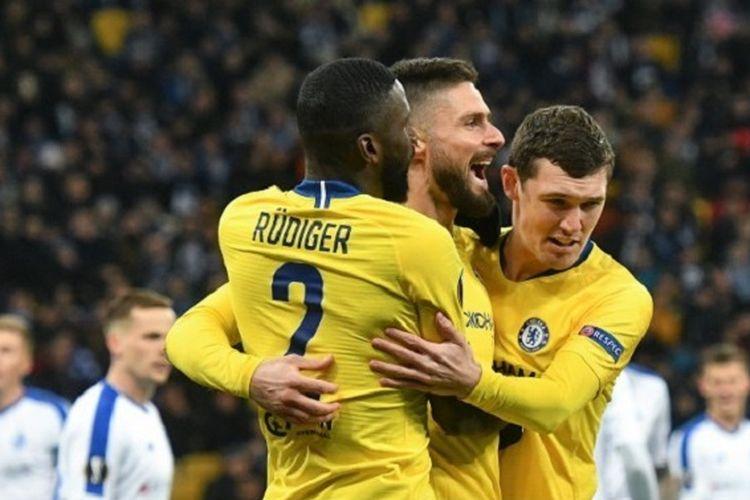 Olivier Giroud merayakan golnya bersama Antonio Ruediger dan Andreas Christensen pada pertandingan Dynamo Kyiv vs Chelsea di Stadion NSK Olimpiyskyi, Kiev, dalam babak 16 besar Liga Europa, 14 Maret 2019.