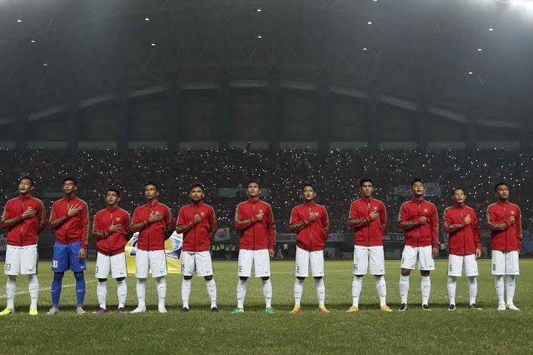 Para pemain inti timnas U-22 saat menghadapi Persija Jakarta di Stadion Patriot, Bekasi, Rabu (5/4/2017).