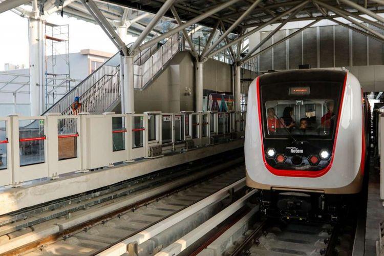 Suasana uji coba Light Rail Transit (LRT) Jakarta di Stasiun Velodrome, Jakarta, Rabu (12/9/2018). LRT rute Velodrome hingga Kelapa Gading tersebut sedang dilakukan uji coba terbatas tahap I yang berlangsung hingga 14 September 2018.