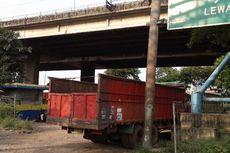 Tak Punya Pul, 30 Truk Angkut Sampah Parkir di Kolong Tol Kalijodo