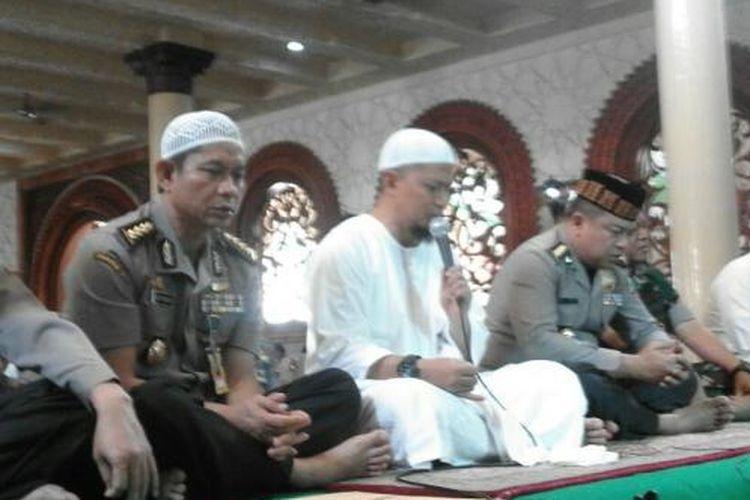 Ustadz Arifin Ilham (baju putih, memegang mikrofon), saat memimpin doa bersama di Masjid Al Kautsar Polda Metro Jaya pada Kamis (3/11/2016).