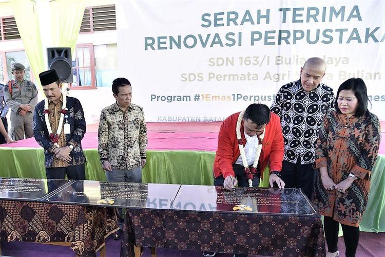 J. Satrijo Tanudjojo, CEO Global Tanoto Foundation, menyaksikan serah terima hasil perbaikan perpustakaan kepada SDN 163/I Bulian Jaya dan SDS Permata Agri Muara Bulian yang ditandaikan dengan penandatangan prasasti oleh Menteri Pemuda dan Olahraga, Imam Nahrawi, dan pihak sekolah.