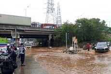 Pengendara Nekat Terobos Banjir Jalan KH Noer Ali Bekasi, Motor-motor Mogok
