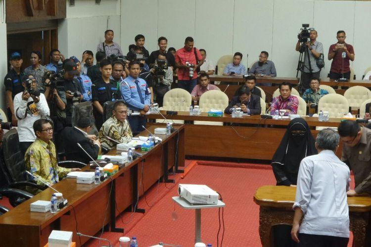 Salah satu saksi persidangan kasus korupsi mantan Ketua Umum Partai Demokrat, Anas Urbaningrum, yakni Yulianis dalam rapat pansus hak angket KPK di Kompleks Parlemen, Senayan, Jakarta, Senin (24/7/2017).