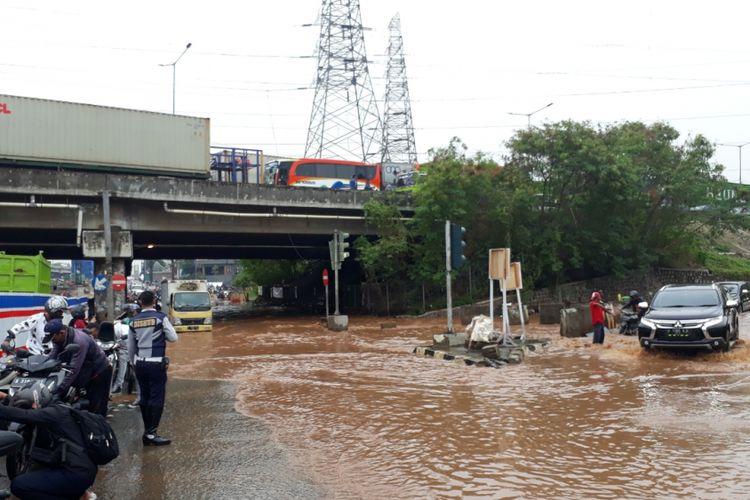 Tampak sejumlah motor mogok akibat menerobos jalan KH. Noer Ali, Bekasi Barat, Kota Bekasi tepatnya di Kolong Tol JORR yang terendam banjir, Selasa (30/10/2018).