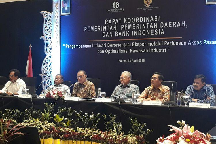 Konferensi pers Rapat Koordinasi Pemerintah Pusat, Pemerintah Daerah, dan Bank Indonesia (BI) dengan tema Pengembangan Industri Berorientasi Ekspor melalui Perluasan Akses Pasar dan Optimalisasi Kawasan Industri di Batam, Kepulauan Riau, Jumat (13/4/2018).