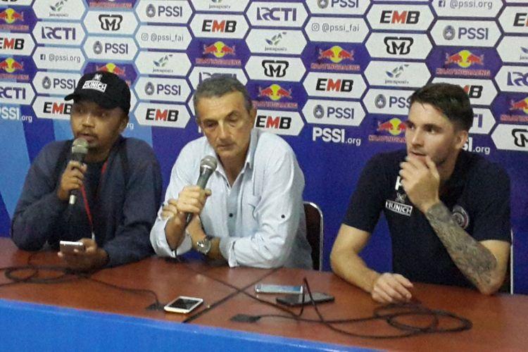 Pelatih Arema FC Milomir Seslija (tengah) saat konferensi pers usai mengalahkan Persita Tangerang di Stadion Kanjuruhan, Kabupaten Malang, Sabtu (26/1/2019)