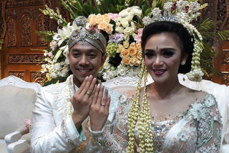 Artis peran Sheza Idris dan Surya Ibrahim usai menggelar akad nikah di Kresek Indah, Duri Kosambi, Jakarta Barat, Sabtu (12/8/2017).