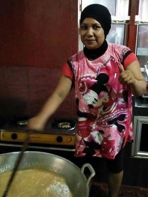 Robiyanti mengolah sendiri madu mongso produksinya.