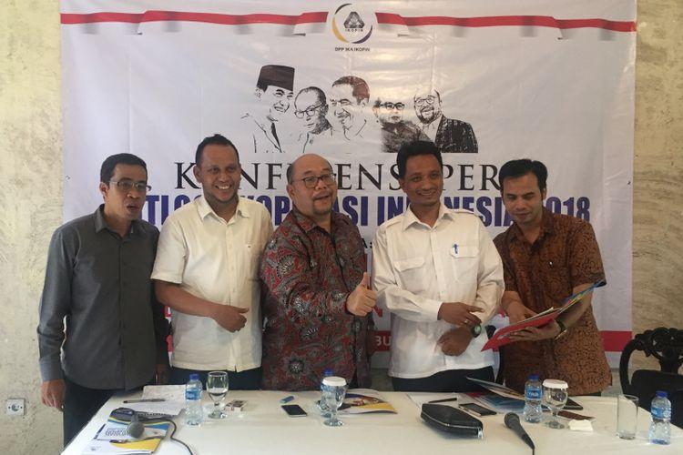 """Konferensi Pers """"Posisi Koperasi dalam Tiga Tahun Pemerintahan Jokowi-JK"""" sekaligus """"Outlook Koperasi Indonesia 2018"""" di Jakarta Rabu (27/12)"""
