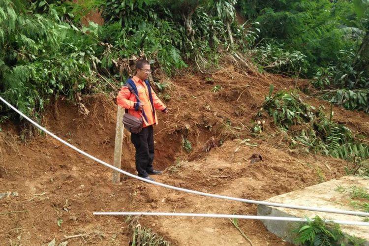 Kepala Seksi Kedaruratan BPBD Kabupaten Sukabumi, Eka Widiaman di lokasi tanah longsor Kecamatan Nagrak, Sukabumi, Jawa Barat, Jumat (7/12/2018).