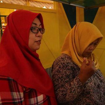 Dua penggagas UKM Srikandi, Stevia Rebaudiana dan Hartini, yang menghadirkan menu jus jengkol di Pesta Jengkol Jogja 2018.(KOMPAS.com/INGGRIED DWI W)