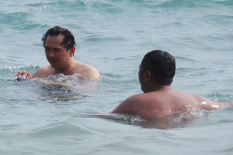 Wakil Gubernur DKI Jakarta Basuki Tjahaja Purnama asyik berenang di pantai pribadinya di Belitung Timur.