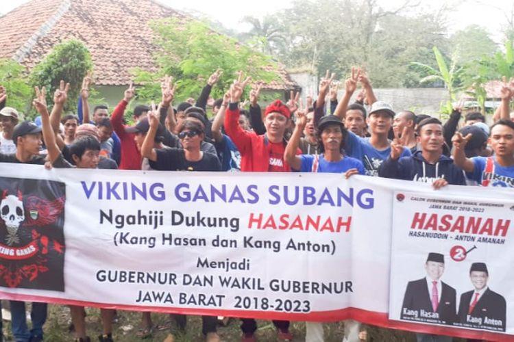 Viking Ganas Subang menyatakan dukungan untuk kemenangan pasangan yang dikenal dengan nama Hasanah tersebu di Sekretariat Viking Ganas, Jalan Ade Irma Suryani Nasution, Kabupaten Subang, Jumat(13/4/2018).