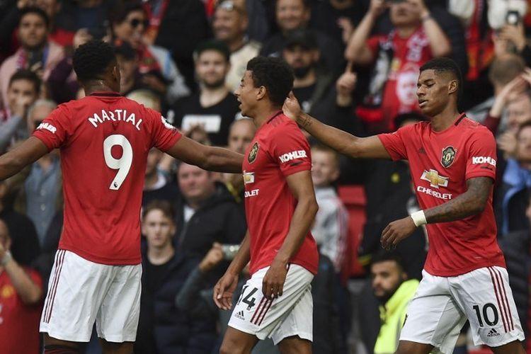 Anthony Martial dan Jesse Lingard merayakan gol Marcus Rashford pada laga Manchester United vs Chelsea di Stadion Old Trafford dalam lanjutan Liga Inggris, 11 Agustus 2019.