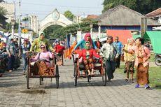 Di Hari Kartini, Ibu-ibu Bercucuran Keringat Mengayuh Becak Keliling Alun-alun
