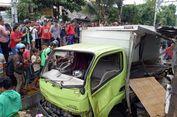 Truk yang Tertabrak Kereta Nyeberang Rel Meski Sinyal Perlintasan Masih Bunyi