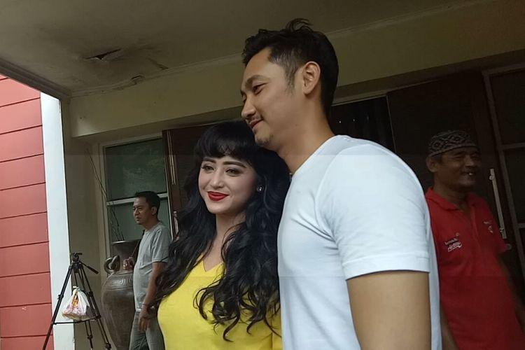 Dewi Perssik dan Angga Wijaya ditemui di lokasi shooting sinetron seri Ada Si Manis di Jembatan, di Studio Persari, Jagakarsa, Jakarta Selatan, Jumat (20/10/2017).
