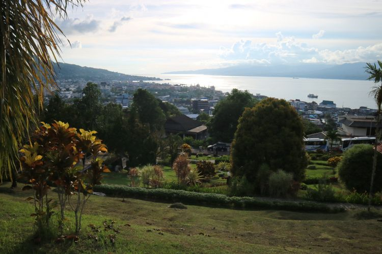 Melihat indahnya Teluk Ambon dari ketinggian, yaitu dari tugu Monumen Pahlawan Kristina Martha Tiahahu.