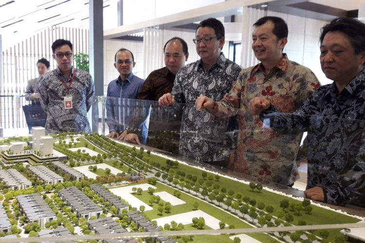 GM ASEAN Real Estate Development Department Mitsubishi Corporation Hidetoshi Suzuki ketiga dari kanan ditemani Vice Presiden PT BSD Diamond Development Denny Ponomban, keempat dari kanan, menyaksikan maket The Zora, di BSD City, Selasa (28/11/2017).