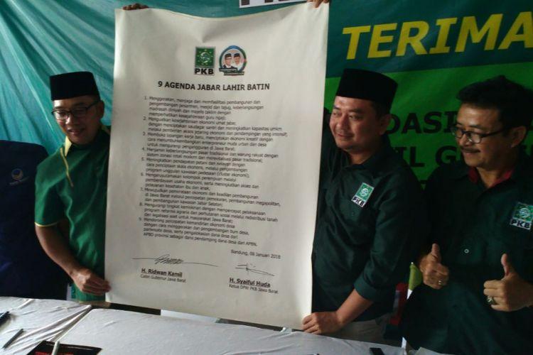 Calon gubenur Jawa Barat Ridwan Kamil menandatangani 9 Agenda Jabar Lahir Batin yang dititipkan Partai Kebangkitan Bangsa (PKB) sebagai syarat pengusungan dirinya dan pasangannya Uu Ruzhanul Ulum di Pilkada Jawa Barat 2018.