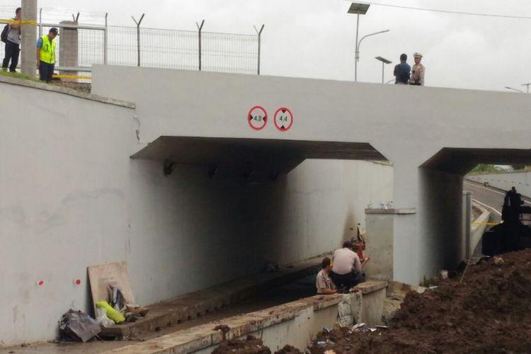 Beton penahan tanah ambrol di Jalan Perimeter Selatan, Bandara Soekarno-Hatta Tangerang Banten, Selasa (6/2/2018).