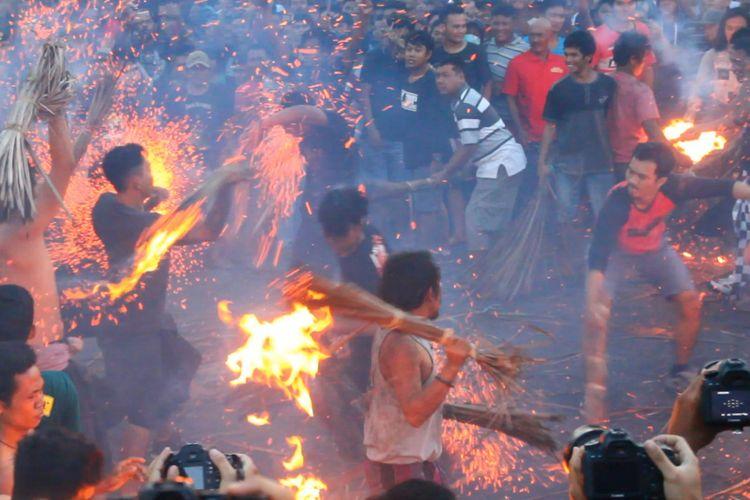 Tradisi perang api ini dijalankan umat Hindu di Mataram, jelang catur brata penyepian pada Tahun Baru Saka 1940, yang jatuh pada Sabtu (17/3/2018).