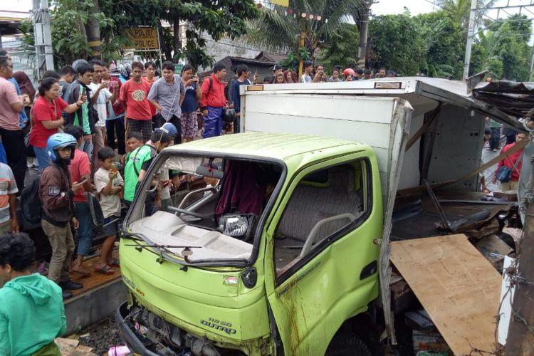 Sebuah mobil boks bernopol B-9434-UXT tertabrak rangkaian kereta peti kemas saat hendak melintasi perlintasan rel kereta api menuju Stasiun Keramat Sentiong, Johar Baru, Jakarta Pusat, Rabu (25/4/2018).